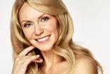 Dojrzała aktorka stawia na naturalny makijaż